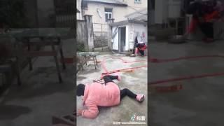 Трусливая китаянка пытается поджечь хлопушки.