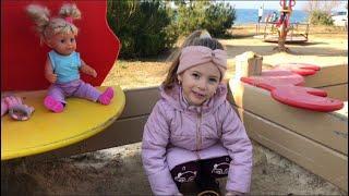 Алина гуляет у моря с сестричкой Эмили Baby Born, встречает ЛОЛ, они веселятся и взрывают хлопушки!