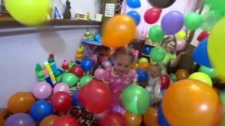 200 воздушных шариков ! Дети играют с шариками !  Мультик про шарики