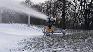 Горка для лыжников с искусственным снегом.
