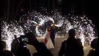 Дорожка из фонтанов и вертушки на свадьбе