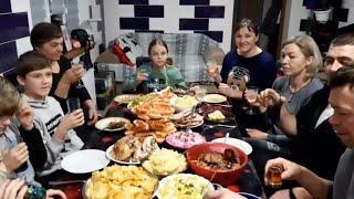 //Застолье в Новом году 1января, жарим шашлык ,пускаем салют,кум в гостях//