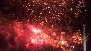 В Москве минувшим вечером дали праздничный салют в честь освобождения Братиславы.