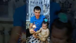 Доча держит свой первый бенгальский огни))