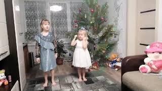 ТАНЕЦ МАЛЕНЬКИХ ДЕВЧАТ  Зажигают под новогоднюю песню Ёлки  Шарики  Хлопушки
