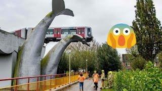 Авария - Поезд слетел с рельс. Зацепился за хвост кита!