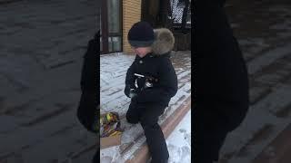 Взрываем петарды в снегу!!!!