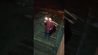Второй раз зажгли бенгальские огни и вышли на улицу,племяха сжёг куртку )))