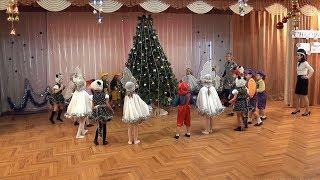 Новый год, Новый год - ёлка, шарики, хлопушки - дети поют у ёлки