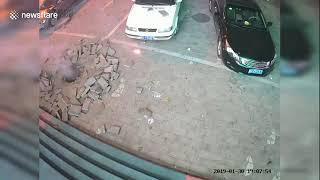 В Китае ребенок пытался засунуть фейерверк в люк, после чего прогремел взрыв