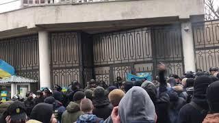 Начались потасовки активисты бросают петарды