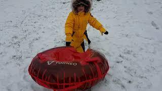 Весёлая снежная прогулка на тюбинге (ватрушке, надувных санках) - fun snow walk on a inflatable sled