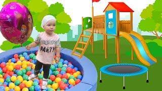 Катя играется и веселится на детской игровой площадке! Игровая комната для малышей!