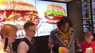 Филипп Киркоров встал за кассу в «Макдоналдсе»