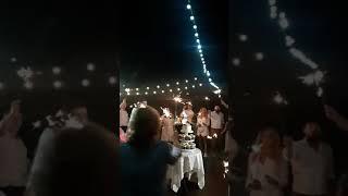 Свадебный торт в сопровождении бенгальских огней в ресторане Мюнхгаузен. Одесская область, Чабанка