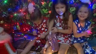 Новогодние игрушки свечи и хлопушки в нем