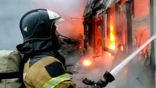 В Ростове-на-Дону все силы брошены на тушение крупного пожара на складе пиротехники.