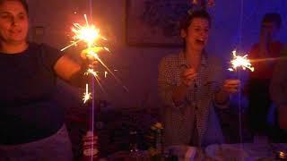 Девушка впервые зажигает бенгальские огни