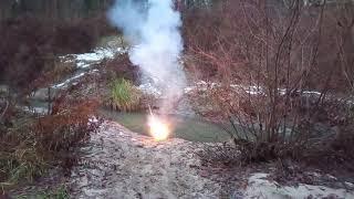 Взрываем петарды в воде!! Громкие взрывы в воде