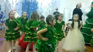 Новогодние игрушки свечие хлопушки вновь  танец детском саду