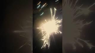 Я зажигаю бенгальские огни вместе с друзьями.